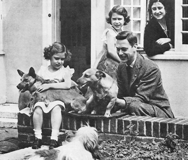 La Reine avec ses corgis et sa famille lorsqu'elle était enfant.