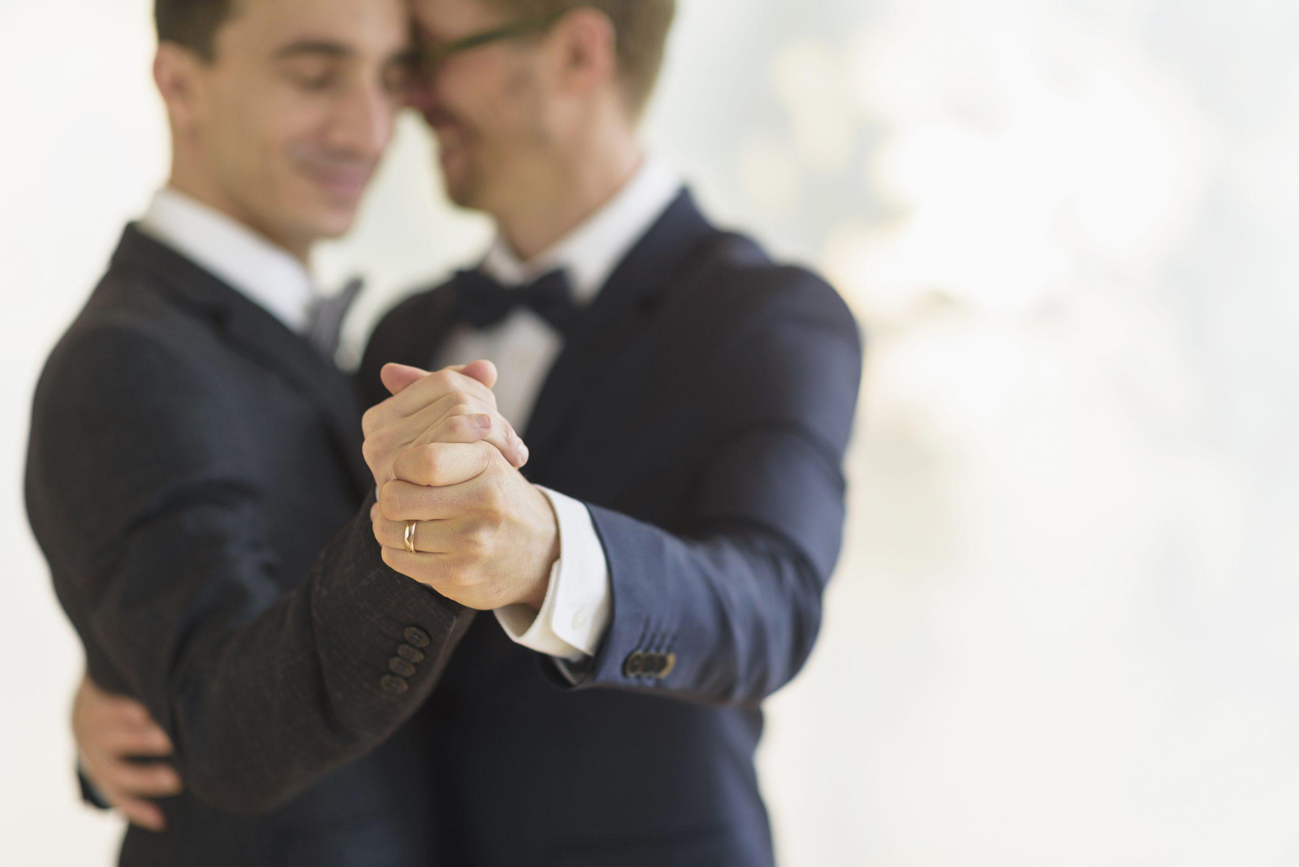 Un couple d'homosexuels nouvellement mariés appréciant leur première danse - ce qui est autorisé par les nouvelles règles de verrouillage des mariages.