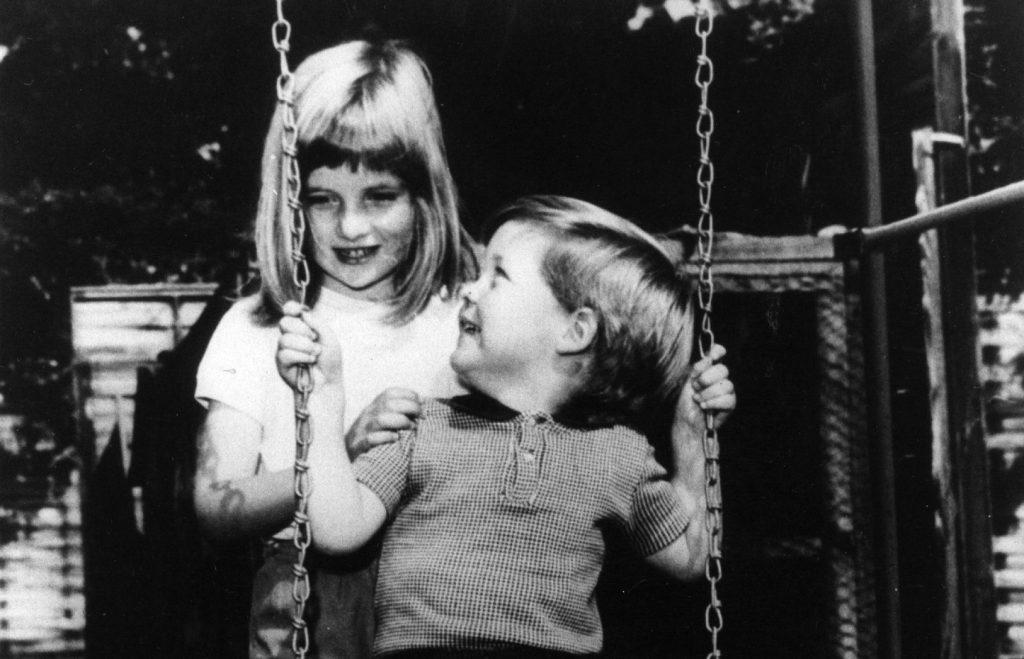 La princesse Diana joue avec son frère Charles Edward Maurice, le vicomte Althorp, dans le parc de Park House, à Sandringham, lorsqu'elle avait six ans.