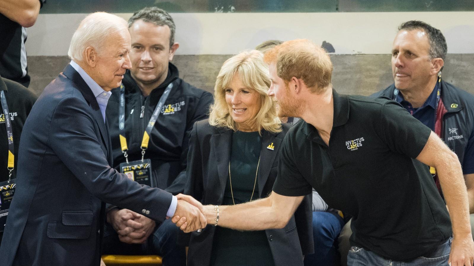 Joe Biden serrant la main du Prince Harry aux côtés de Jill Biden.