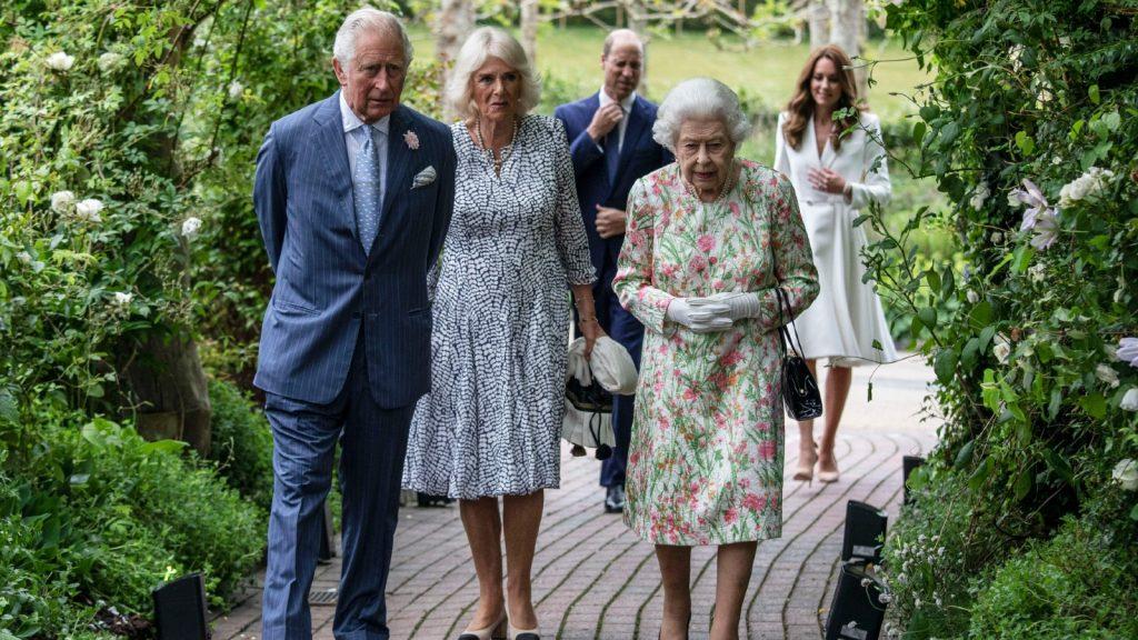 Le prince Charles, prince de Galles (à gauche), Camilla, duchesse de Cornouailles (à droite) et la reine Elizabeth II (à droite) assistent à une réception avec les dirigeants du G7 à l'Eden Project, dans le sud-ouest de l'Angleterre, le 11 juin 2021.