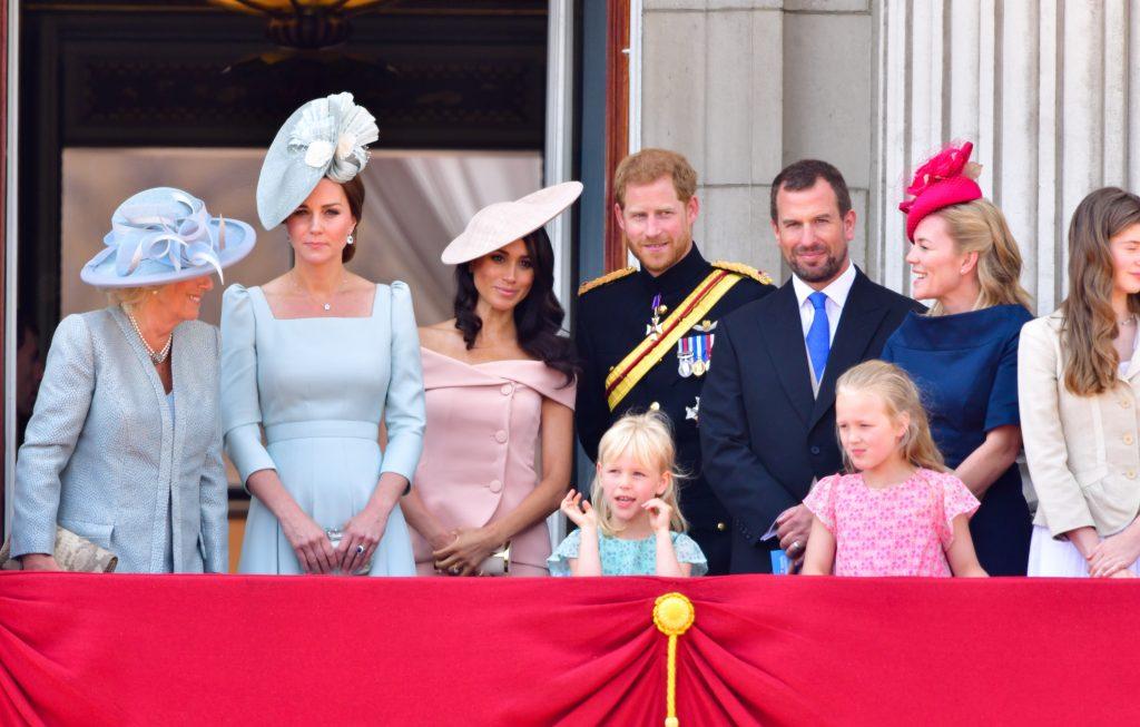 Camilla, duchesse de Cornouailles, Catherine, duchesse de Cambridge, Meghan, duchesse de Sussex, le prince Harry, duc de Sussex, Peter Phillips, Autumn Phillips, Isla Phillips et Savannah Phillips se tiennent sur le balcon du palais de Buckingham pendant la parade du Trooping the Colour.