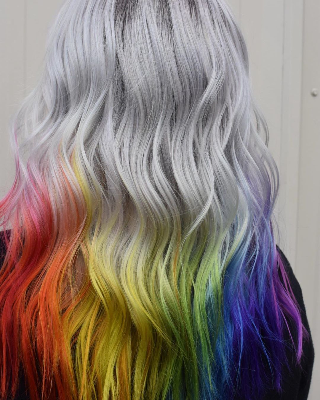 Femme aux cheveux argentés glacés avec des pointes arc-en-ciel