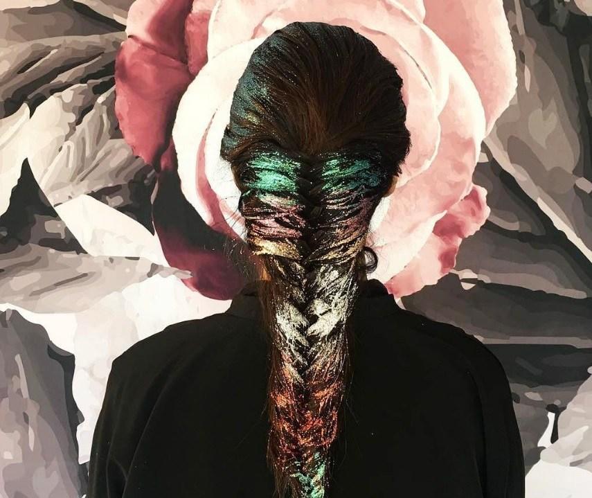 cheveux arc-en-ciel : Poudre de Rose - IMAGE - tresse arc-en-ciel pailletée cheveux longs