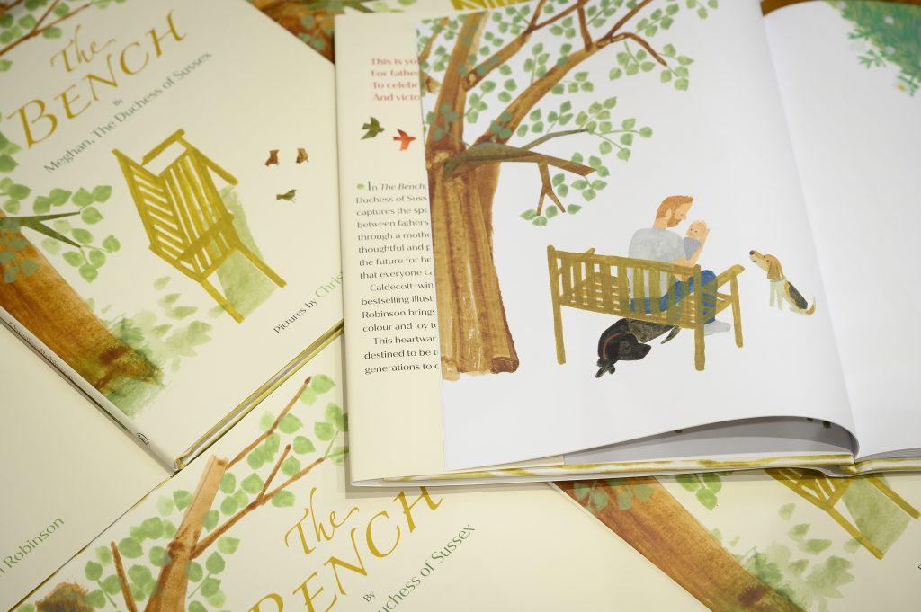 """Une illustration d'un père et d'un fils est vue à l'intérieur d'un exemplaire du livre de Meghan Markle. """"The Bench"""" sur un présentoir dans la plus grande librairie d'Europe, Waterstones Piccadilly, le 08 juin 2021 à Londres, Angleterre."""