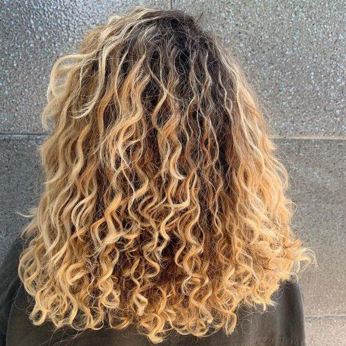 cheveux longs, dégradés et bouclés