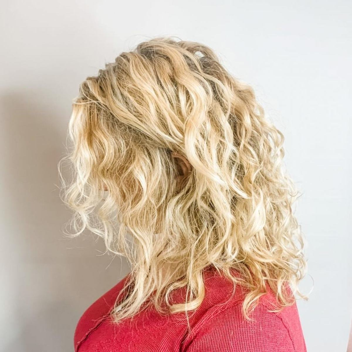 permanente cheveux blonds naturels ondulés