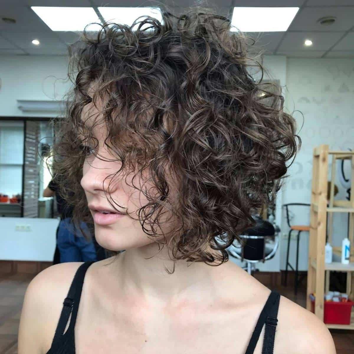 Cheveux courts et permanentés