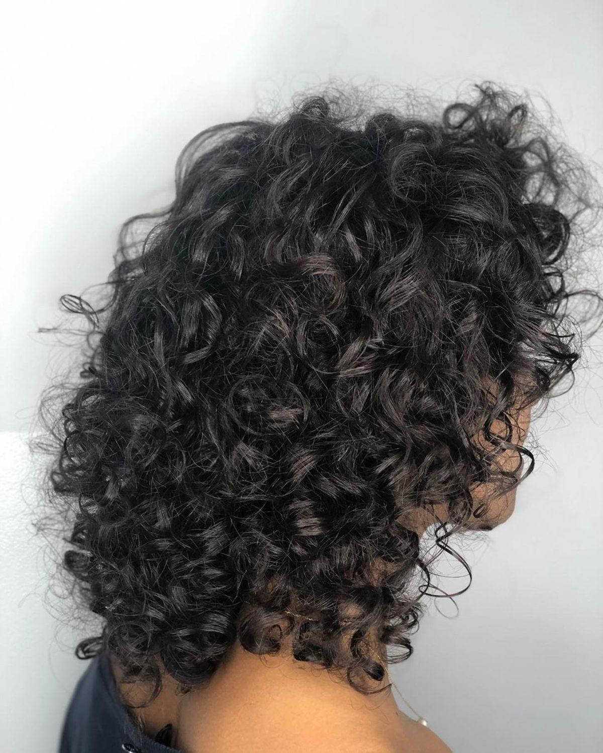Perm frisé pour les cheveux noirs