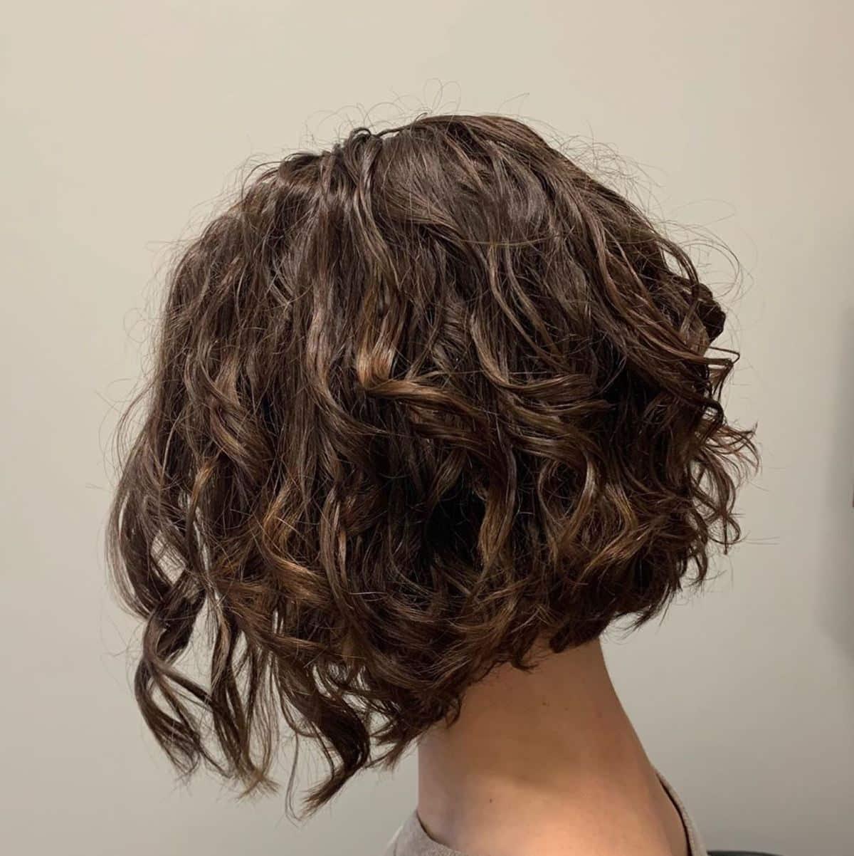 Lisse spirale pour cheveux bruns courts