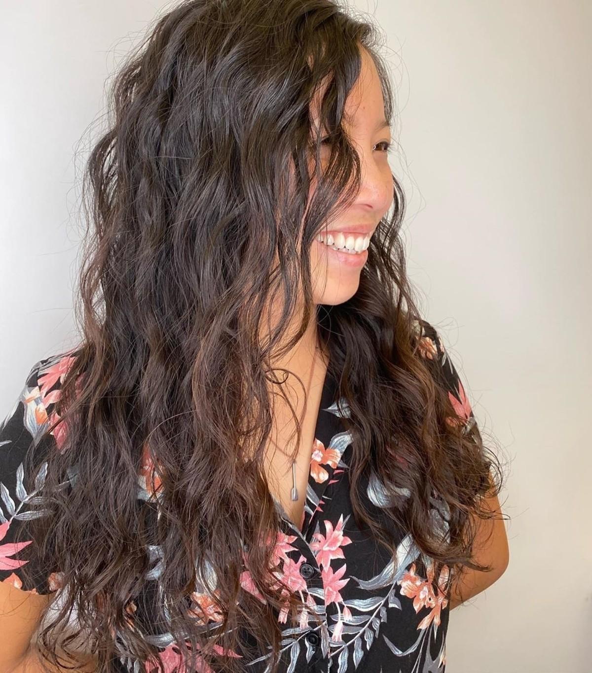 Cheveux permanentés ondulés modernes