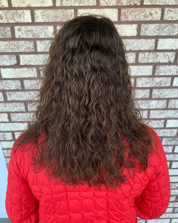 Une permanente impeccable pour des cheveux droits