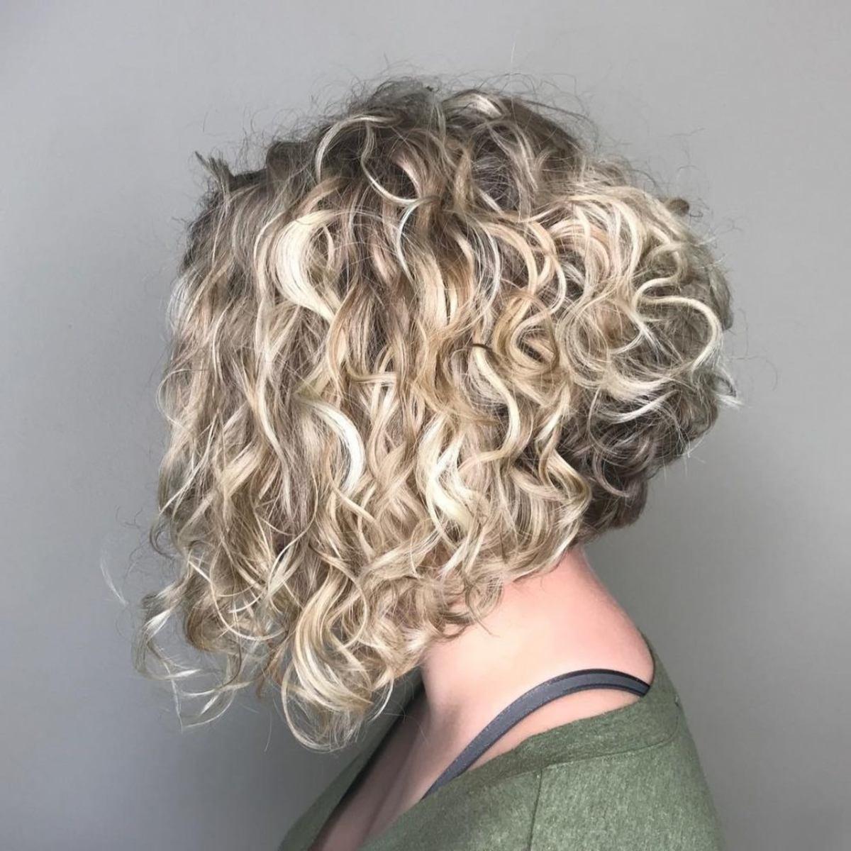 Coupe de cheveux bouclée à la ligne A avec mèches blondes