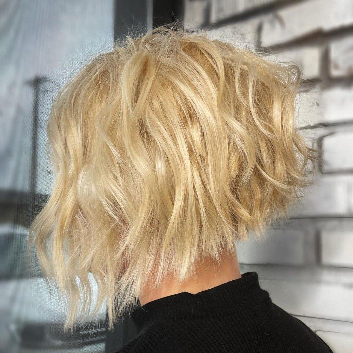 Coiffure blonde désordonnée
