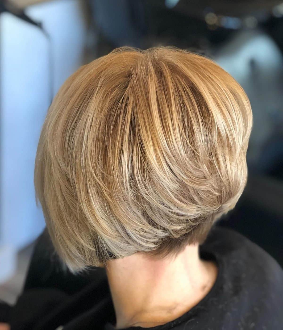 Coupe de cheveux dégradée sur cheveux blonds