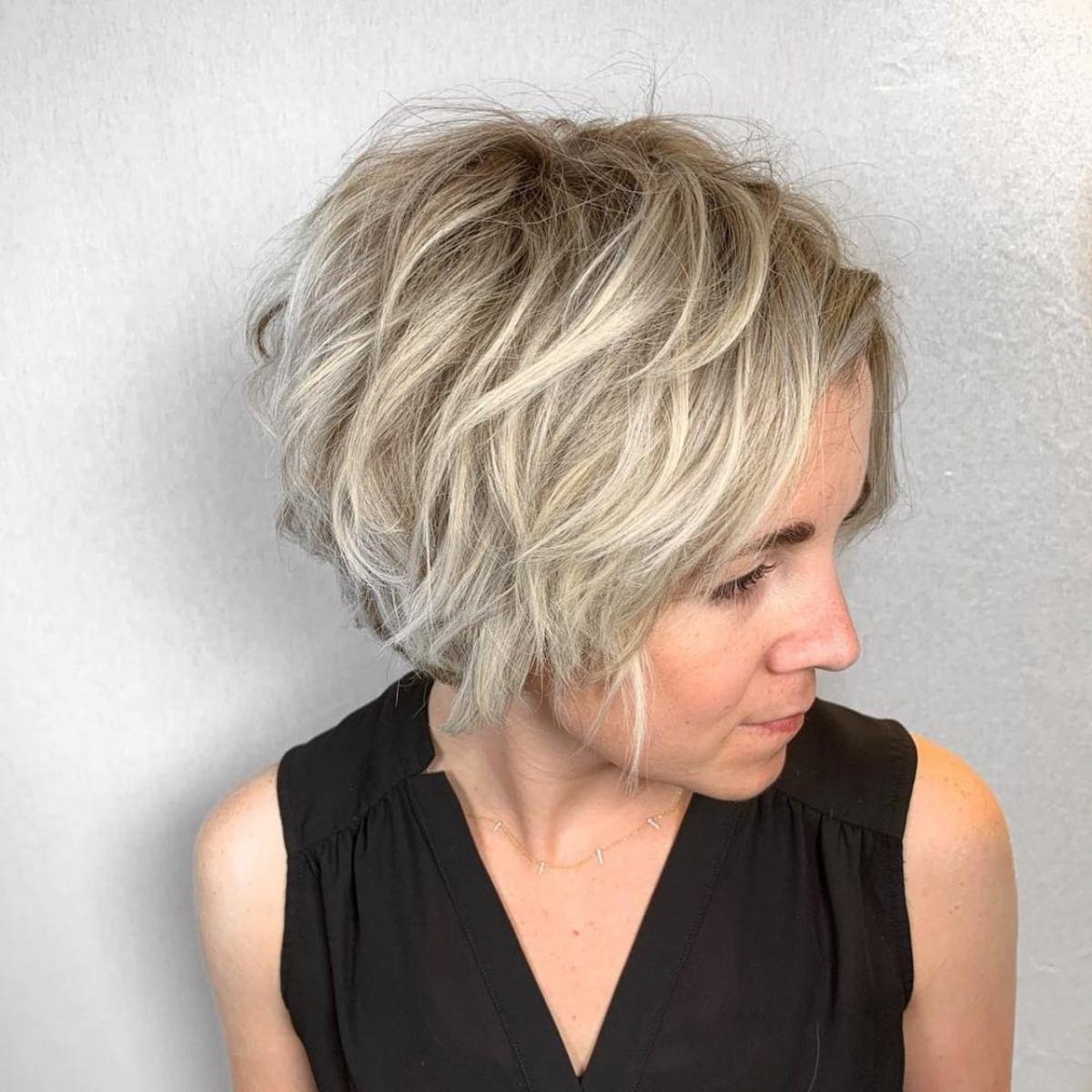 Bob hirsute texturé pour cheveux blonds et fins