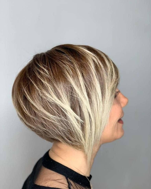 Coupe de cheveux blond foncé à blond clair avec effet d'ombre