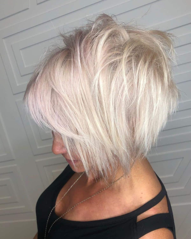 La coupe de cheveux blond platine chic