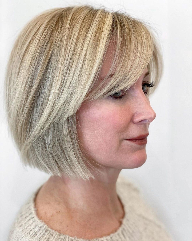 Bob blond avec frange sur cheveux raides