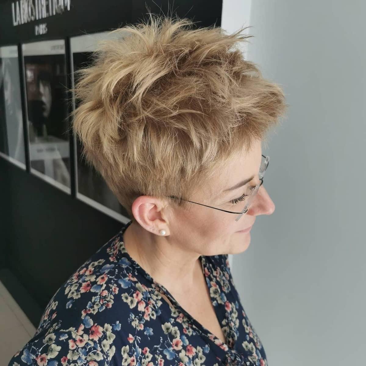 Coupe pixie Edgy Spiky pour les femmes de plus de 60 ans