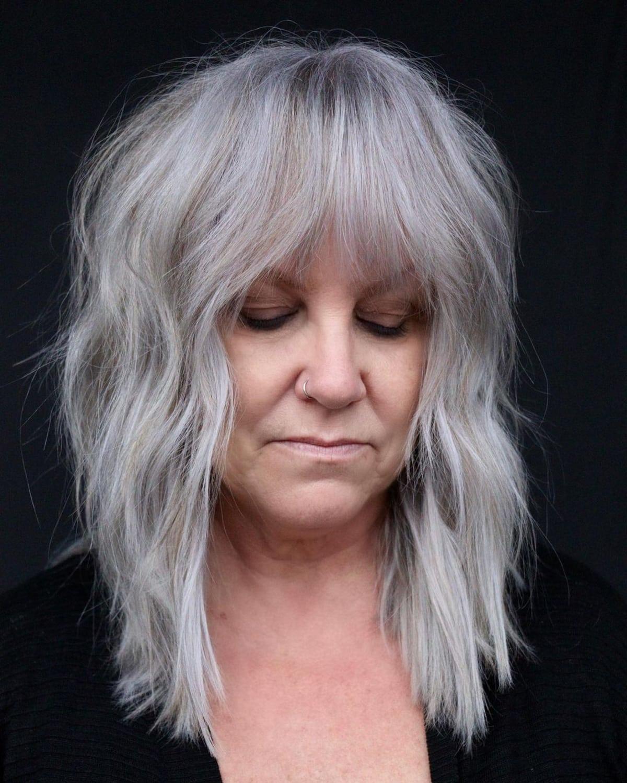 Coupe de cheveux à poils longs pour les femmes de plus de 60 ans.