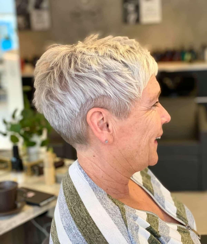 Sous-coupe pixie pour les femmes aux cheveux gris.