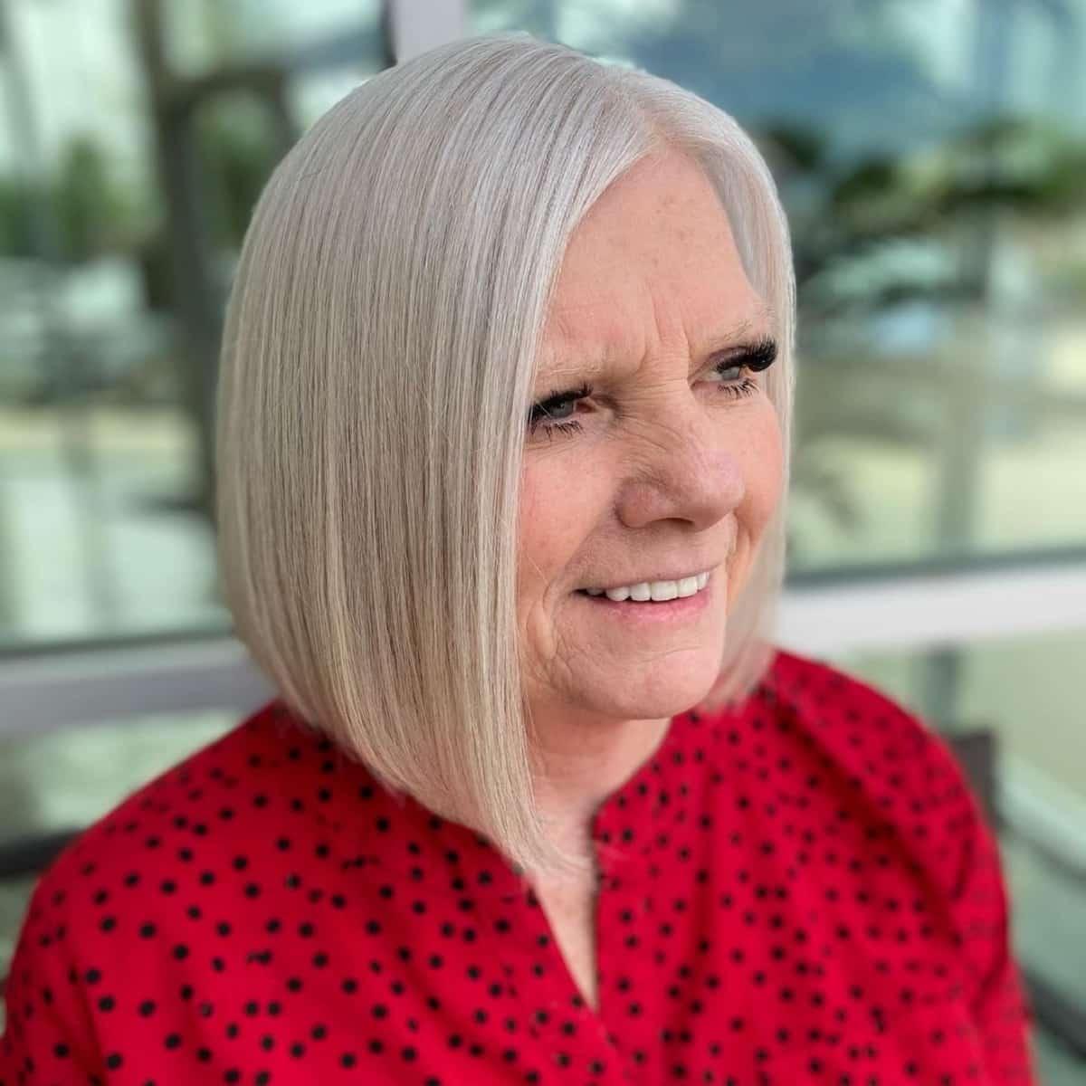 Lob asymétrique élégant pour les femmes de plus de 60 ans aux cheveux raides.