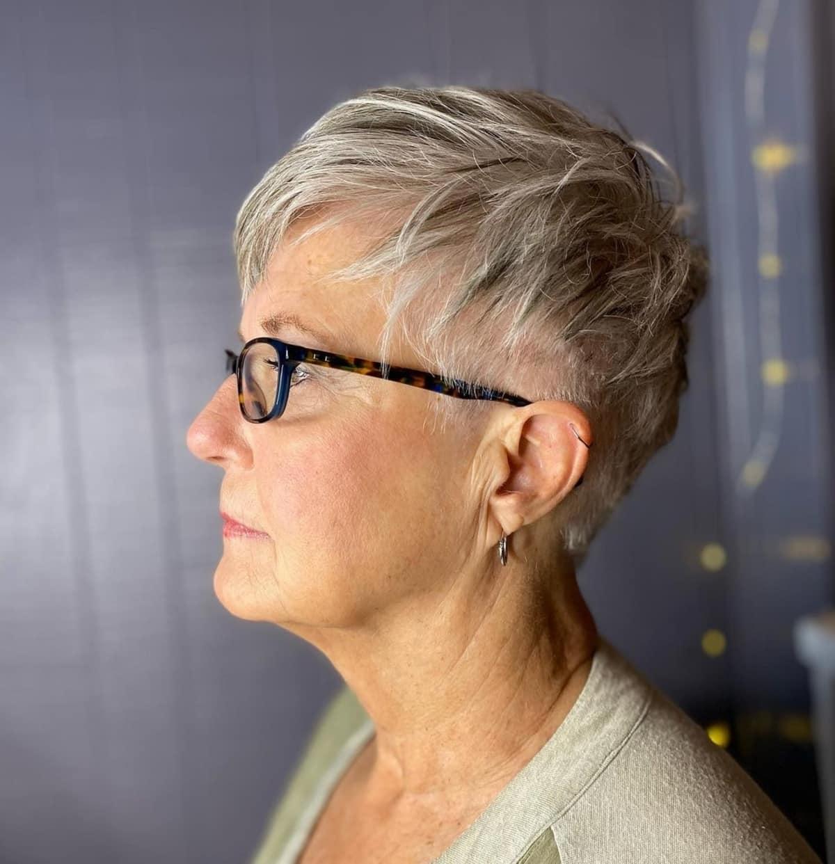 Pixie Edgy pour les femmes de plus de 60 ans avec des lunettes.