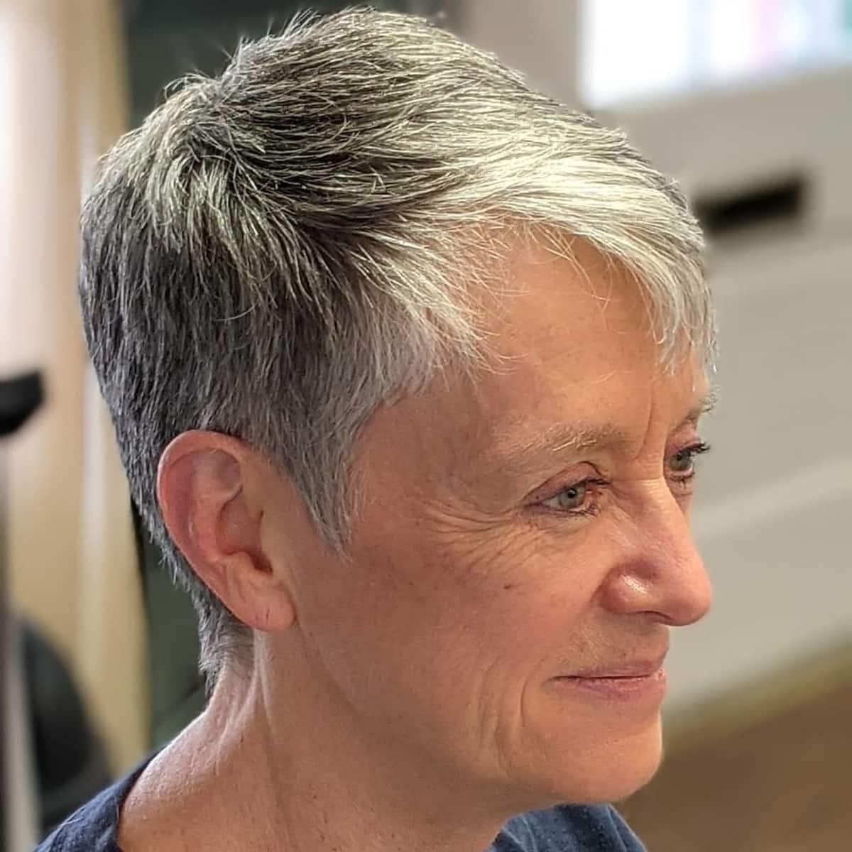 Coupe de rasoir audacieuse pour les femmes plus âgées