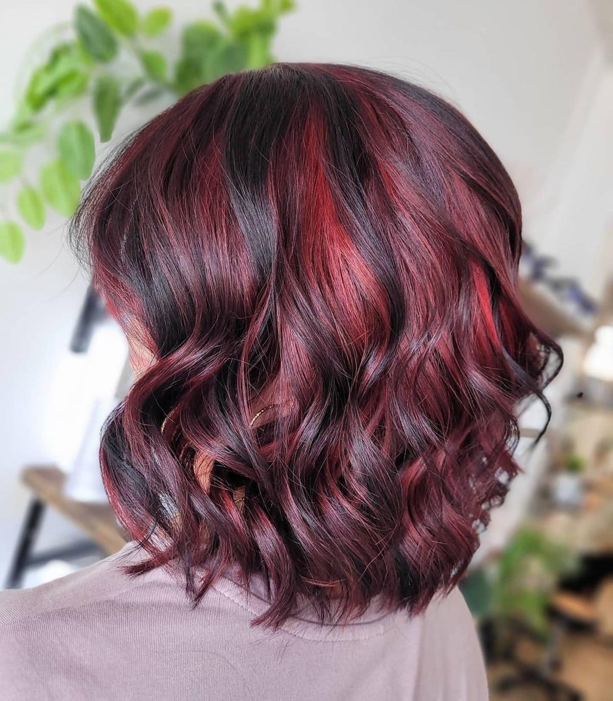 Cheveux noirs avec des reflets rouges