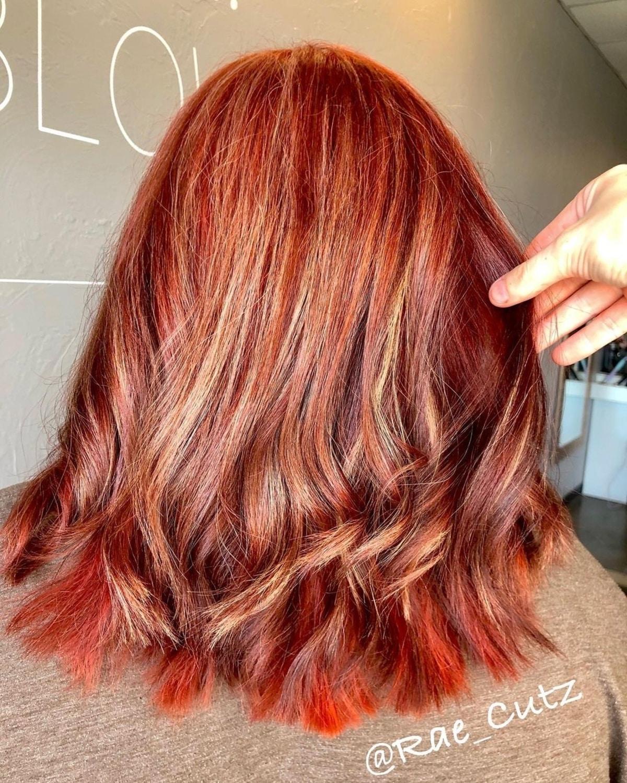 Cheveux roux avec des mèches rouges