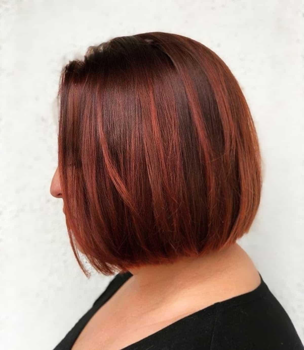Cheveux roux et marron foncé avec des mèches