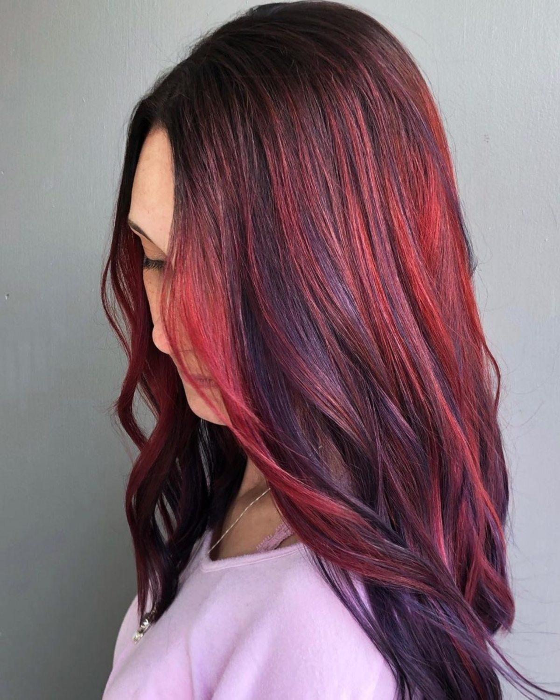Cheveux roux vif avec des mèches violettes