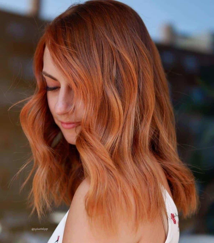 Cheveux roux-auburn longueur d'épaule avec mèches