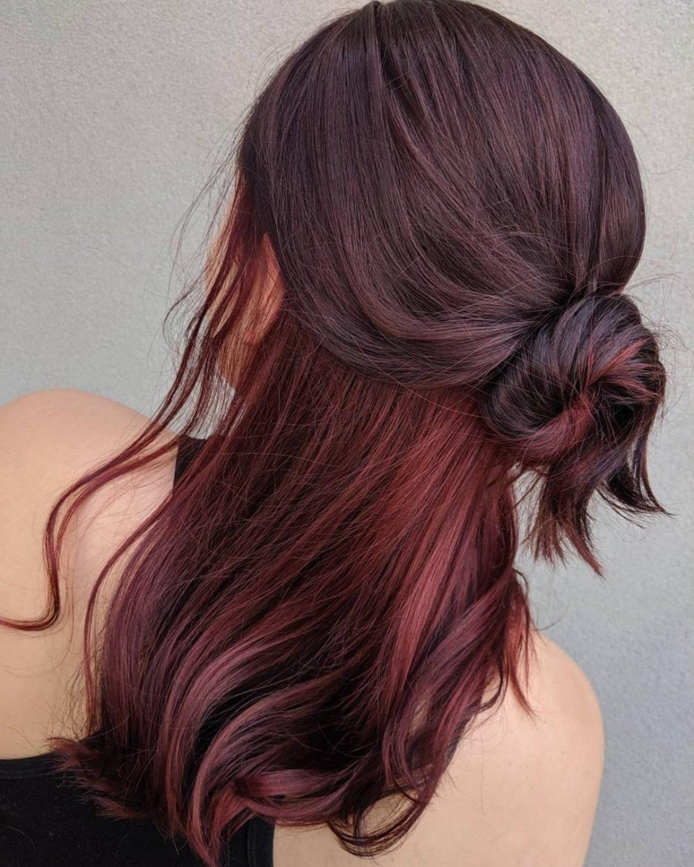 Cheveux roux foncé avec des mèches Peekaboo