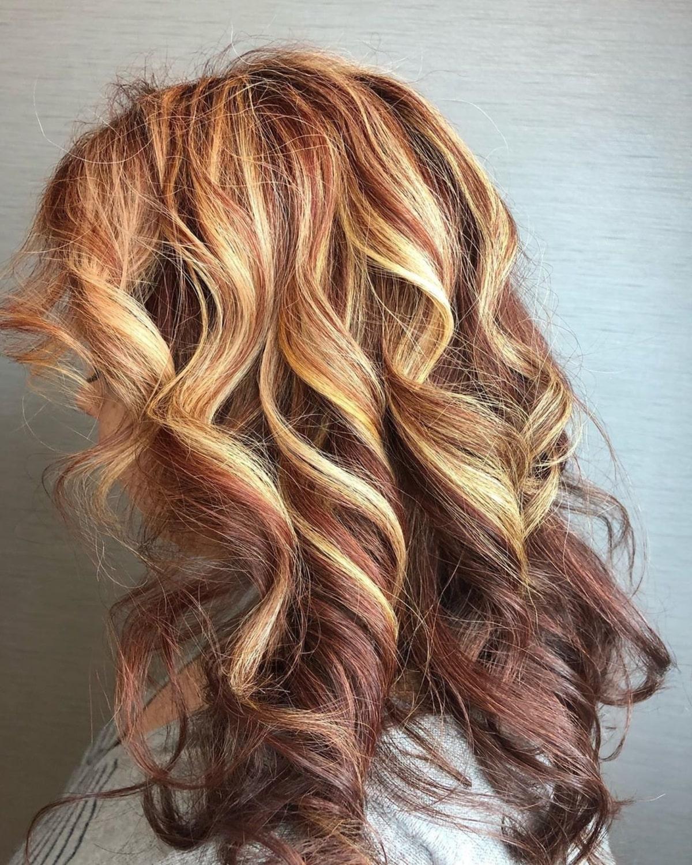 Cheveux roux naturels avec mèches blondes et mèches basses