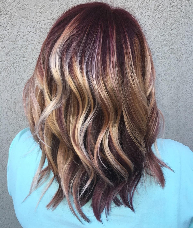Cheveux roux bourgogne avec des mèches blondes