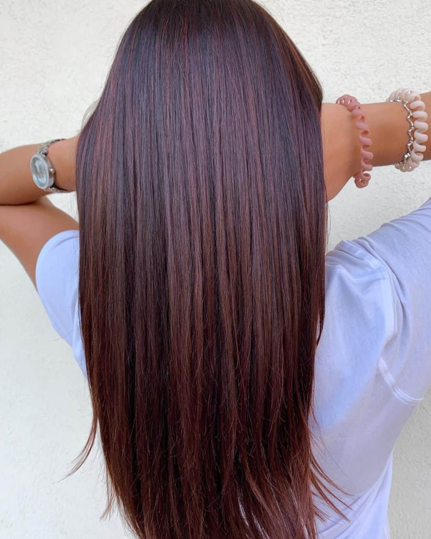 Cheveux longs roux cerise foncé avec des mèches noires