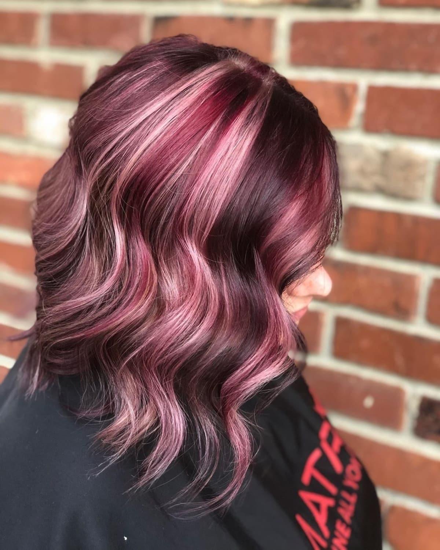 Cheveux roux-violet avec des mèches blondes