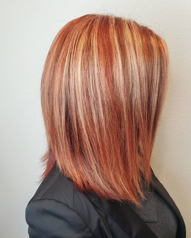 Cheveux roux orangé mi-longs avec des mèches argentées