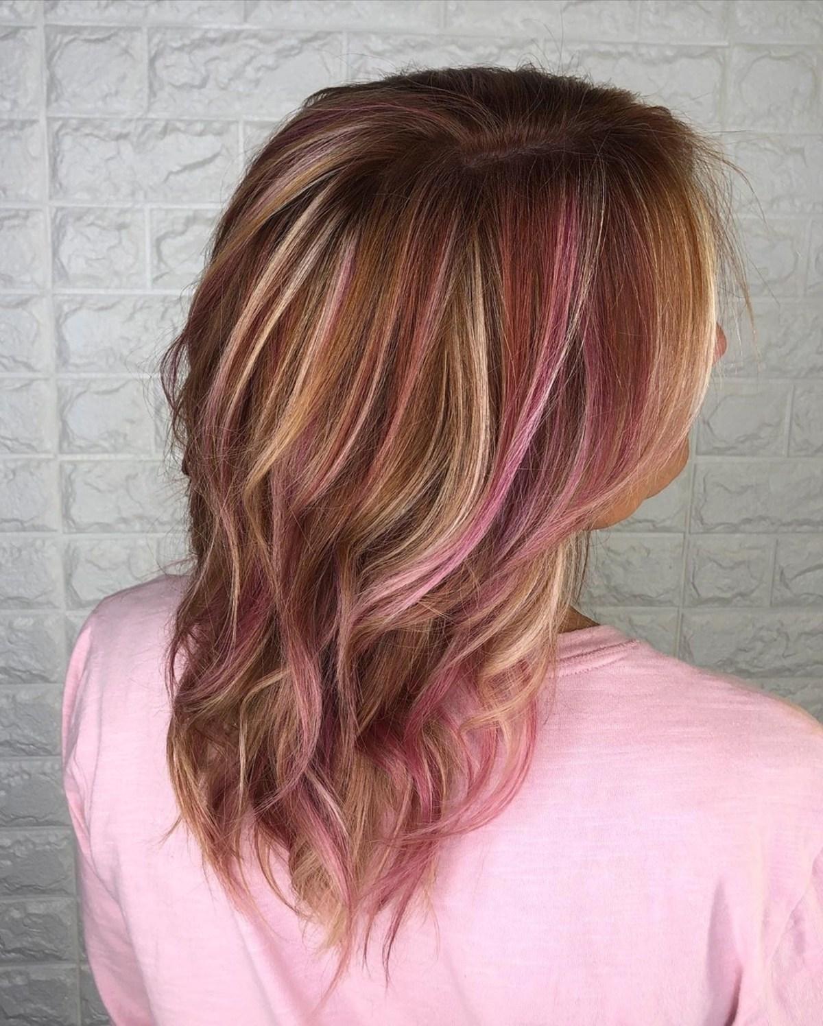 Cheveux roux roux avec des mèches roses