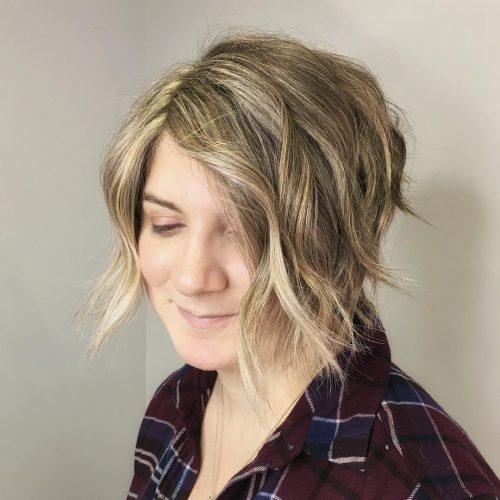 Coupe courte blonde ondulée