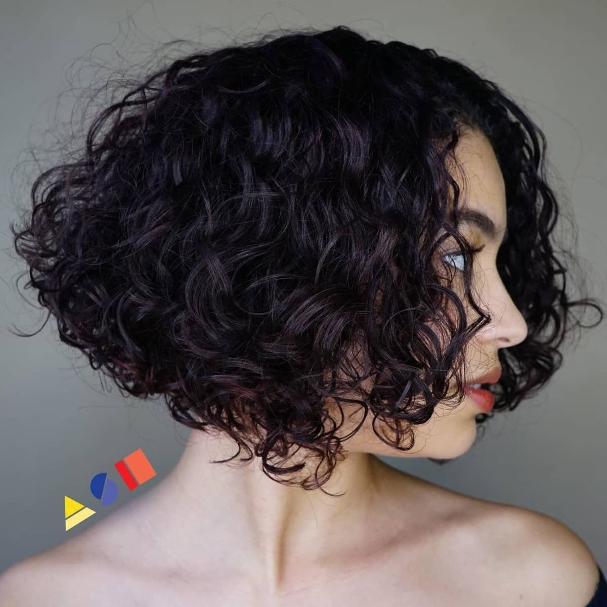 Permanente spirale empilée sur cheveux courts