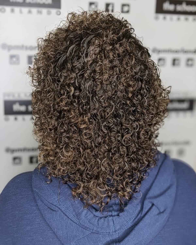 permanente spirale douce sur cheveux mi-longs