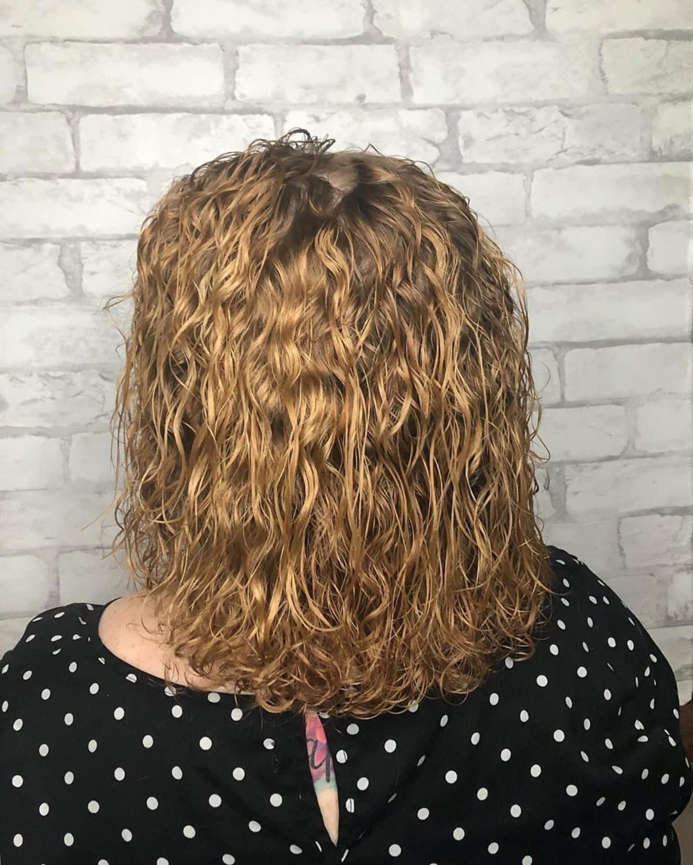 permanente spirale sur cheveux mi-longs