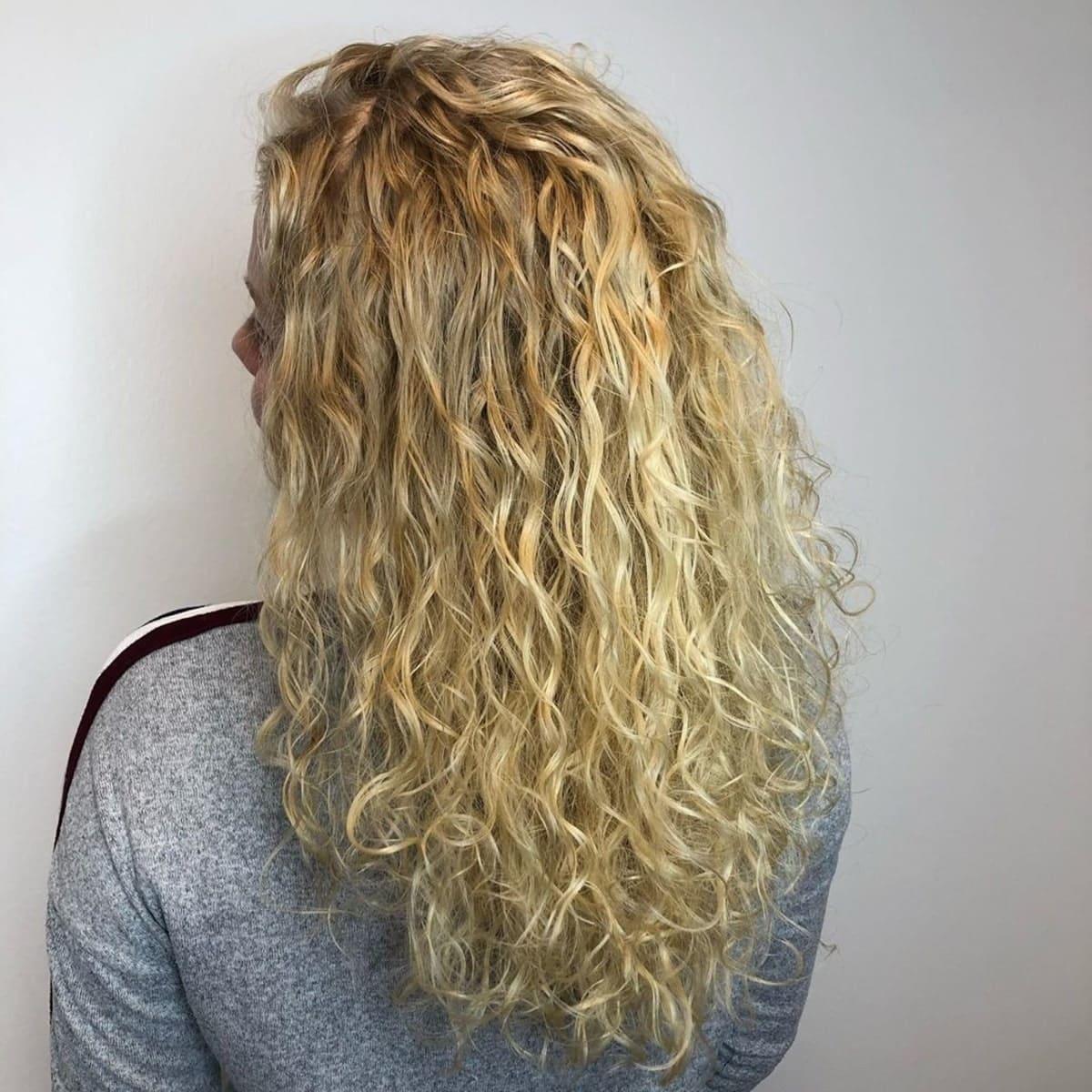 permanente ondulée en spirale sur cheveux blonds