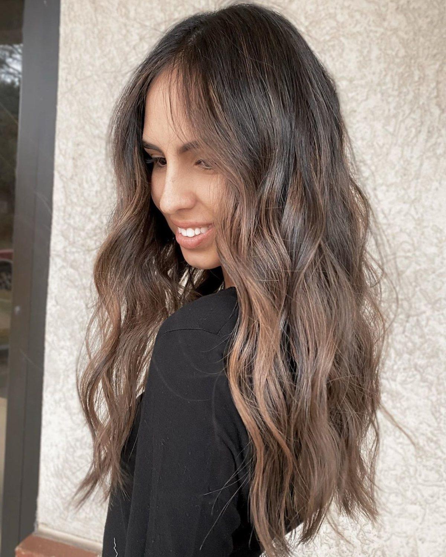 cheveux châtain clair cendré sur peau foncée