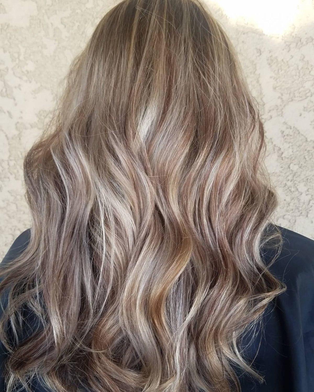 cheveux châtain cendré clair avec des reflets platine