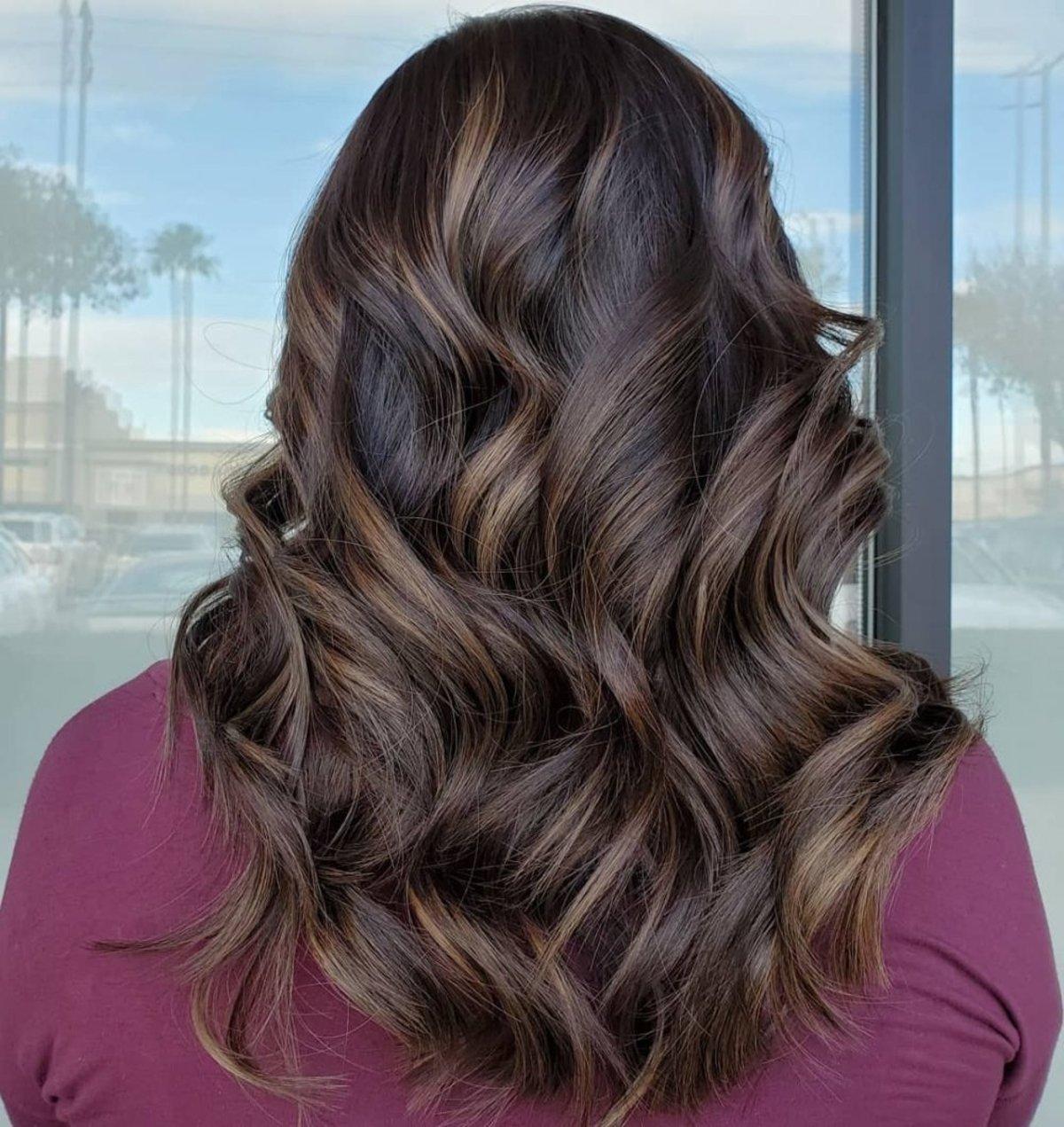 mèches brun cendré clair sur cheveux brun foncé