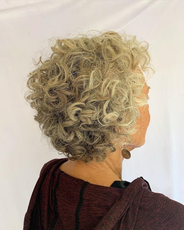 Coupe pixie longue pour les femmes plus âgées